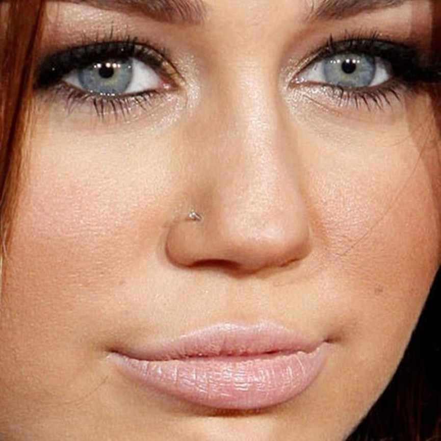 miley-cyrus-piercing-nose-stud-500x500